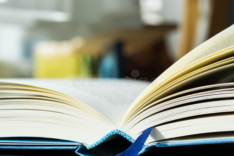 βιβλιοθήκη βιβλίων ανοικτή στοκ εικόνες