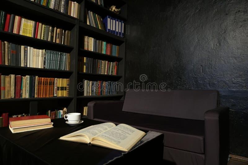 Βιβλιοθήκη με το μαύρο γραφείο βιβλίων με τον πίνακα στοκ φωτογραφία με δικαίωμα ελεύθερης χρήσης