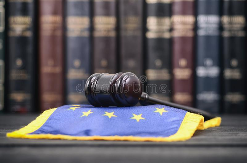 Βιβλιοθήκη νόμου, Gavel δικαστών και σημαία της ΕΕ στοκ εικόνες με δικαίωμα ελεύθερης χρήσης