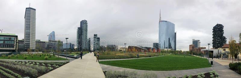 Βιβλιοθήκη των δέντρων, νέο πάρκο του Μιλάνου Ουρανοξύστης Unicredit 11/07/2018 Πορείες του πάρκου με μια πανοραμική άποψη των ου στοκ εικόνα