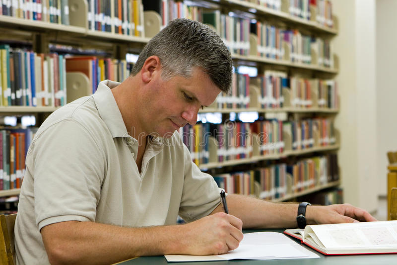 Βιβλιοθήκη φοιτητών πανεπιστημίου στοκ εικόνα με δικαίωμα ελεύθερης χρήσης