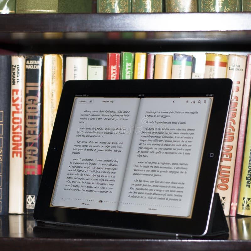 βιβλιοθήκη 2 μήλων ipad σύγχρο&n στοκ εικόνες με δικαίωμα ελεύθερης χρήσης