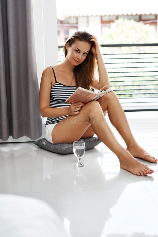 Βιβλία ανάγνωσης Γυναίκα που απολαμβάνει το σπίτι βιβλίων Αναψυχή, δραστηριότητα ελεύθερου χρόνου στοκ εικόνες με δικαίωμα ελεύθερης χρήσης