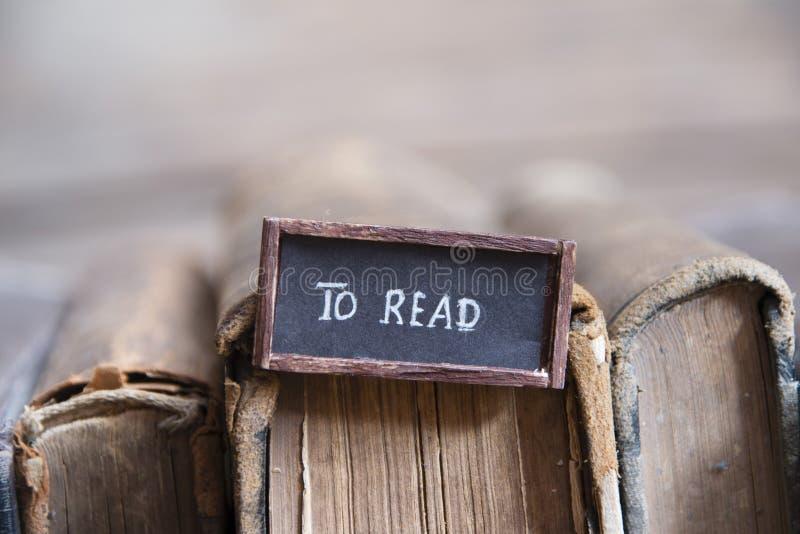 βιβλία για να διαβάσει την ετικέττα και τα βιβλία στοκ εικόνες με δικαίωμα ελεύθερης χρήσης
