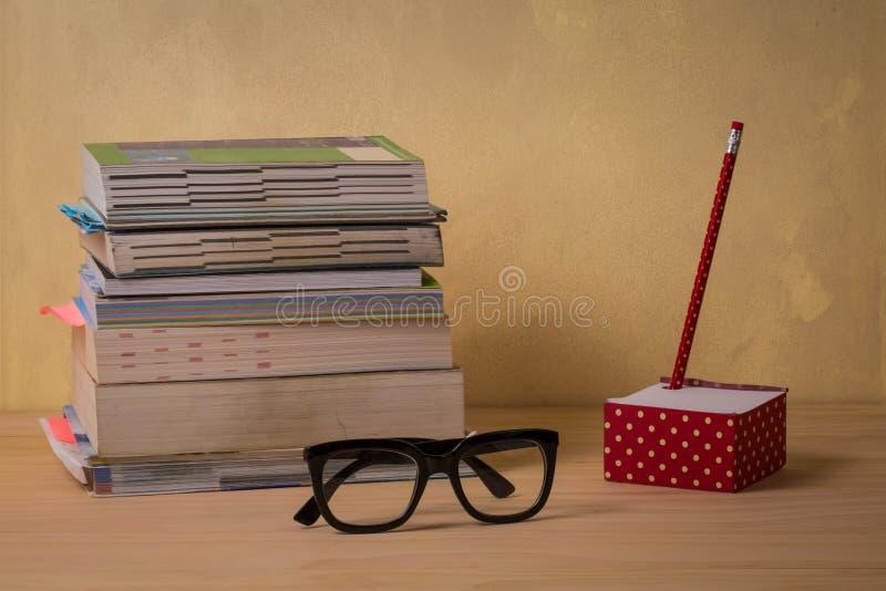Βιβλία, γυαλιά, μολύβι και υπόμνημα στοκ φωτογραφία