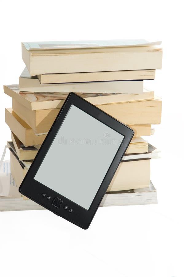 Βιβλία και ε-αναγνώστης στοκ φωτογραφία με δικαίωμα ελεύθερης χρήσης