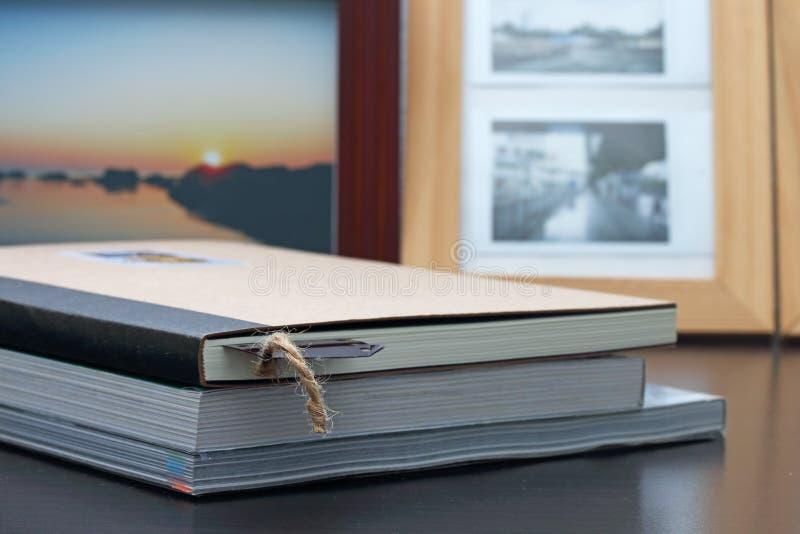 Βιβλία με τους σελιδοδείκτες σε ξύλινο στοκ εικόνες με δικαίωμα ελεύθερης χρήσης