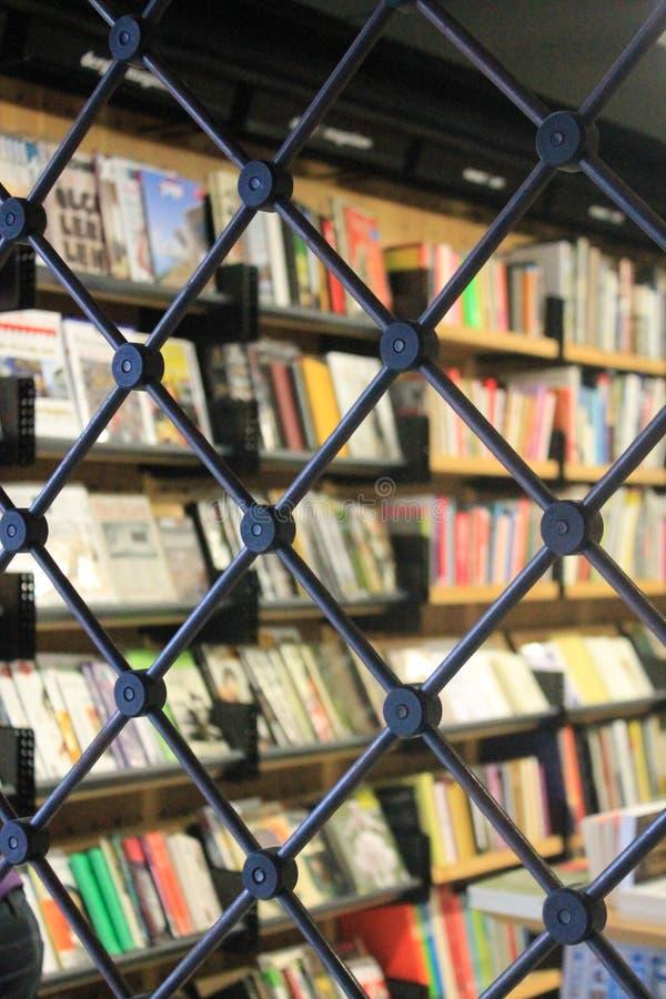 Βιβλία πίσω από τις αλυσίδες στοκ φωτογραφία