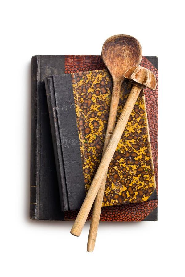Βιβλία συνταγής με το ξύλινο σκεύος για την κουζίνα στοκ εικόνες