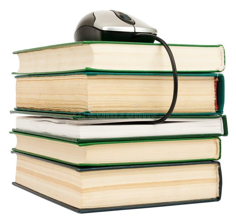 Βιβλία σωρών και ποντίκι υπολογιστών στοκ φωτογραφίες με δικαίωμα ελεύθερης χρήσης