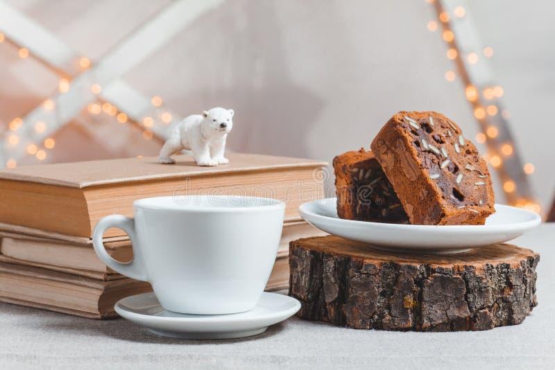 Βιβλία σύνθεσης, πολική αρκούδα, κέικ σοκολάτας και φλιτζάνι του καφέ στο ελαφρύ υπόβαθρο στοκ φωτογραφία με δικαίωμα ελεύθερης χρήσης