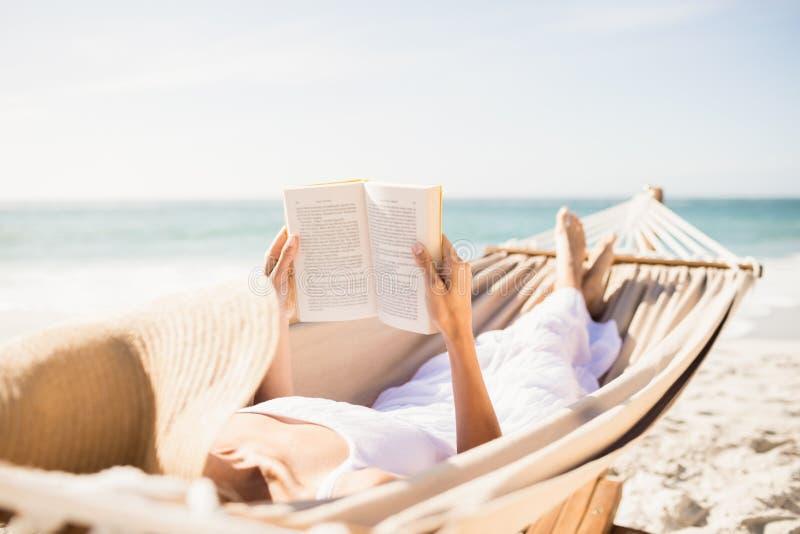 Βιβλίο ανάγνωσης γυναικών στην αιώρα στοκ φωτογραφίες