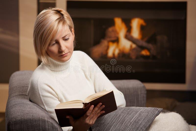 Βιβλίο ανάγνωσης γυναικών στοκ φωτογραφίες