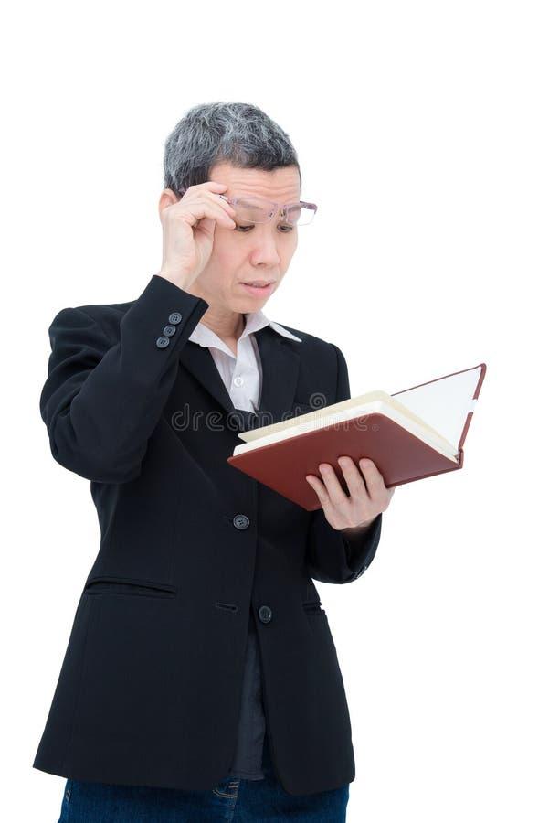 Βιβλίο ανάγνωσης ηλικιωμένων γυναικών που έχει το πρόβλημα με τα μάτια της στοκ εικόνα με δικαίωμα ελεύθερης χρήσης