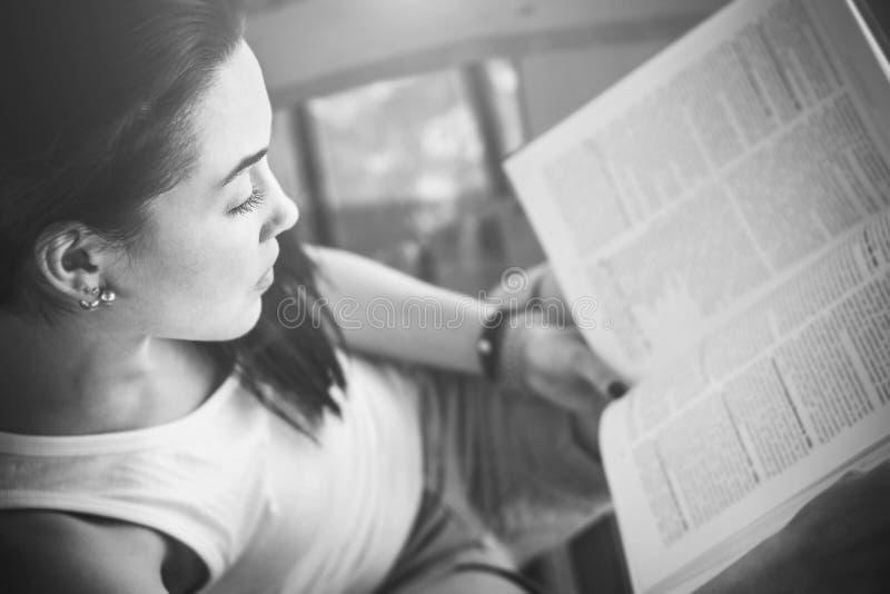 βιβλίο ανάγνωσης κοριτσιών υπαίθριο στην παραλία στοκ φωτογραφίες με δικαίωμα ελεύθερης χρήσης