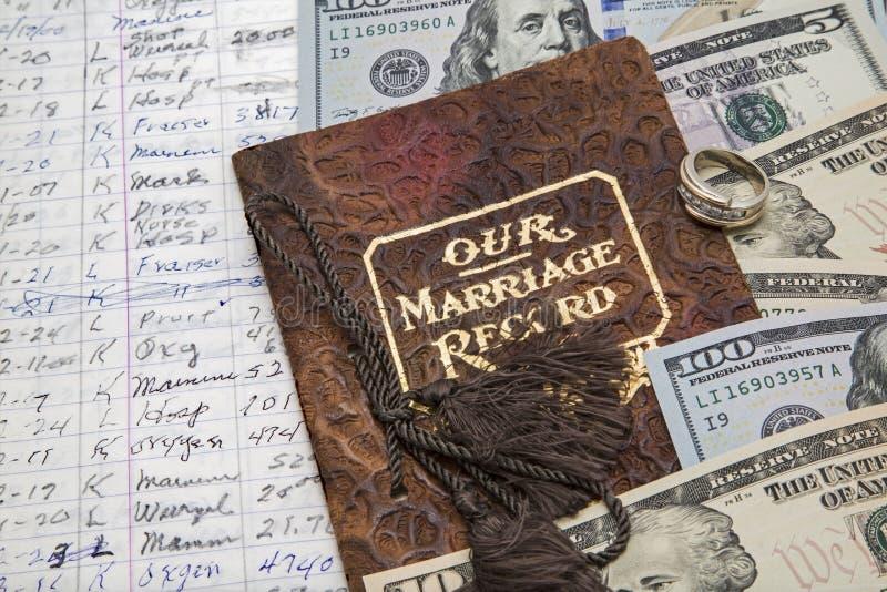 Βιβλίο δαπάνης χρημάτων γαμήλιων δαχτυλιδιών συμφωνίας γάμου στοκ φωτογραφίες