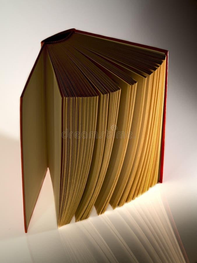 Βιβλίο βιβλίων με σκληρό εξώφυλλο που ανοίγουν κάθετα στοκ φωτογραφία με δικαίωμα ελεύθερης χρήσης
