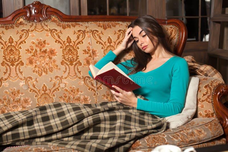 Βιβλίο και γυναίκα Intersting στοκ εικόνες με δικαίωμα ελεύθερης χρήσης