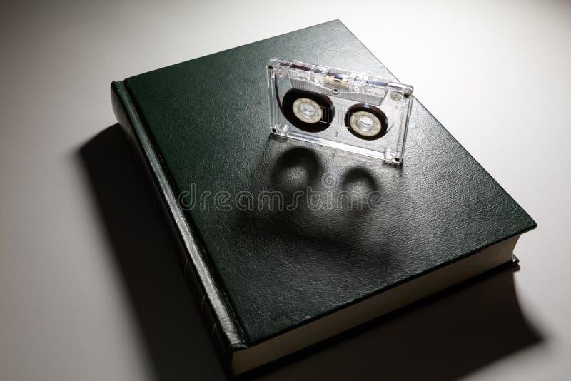 Βιβλίο και μια κασέτα στοκ φωτογραφία με δικαίωμα ελεύθερης χρήσης