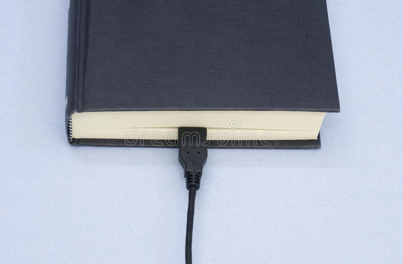 Βιβλίο και usb καλώδιο στοκ εικόνες