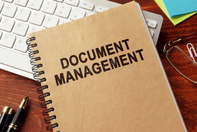 Βιβλίο με τη διαχείριση εγγράφων τίτλου στοκ εικόνες