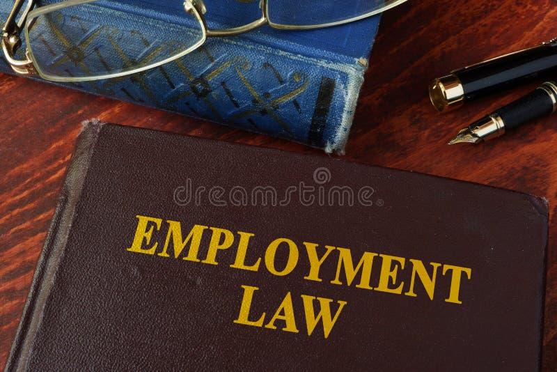 Βιβλίο με το νόμο απασχόλησης τίτλου στοκ φωτογραφίες