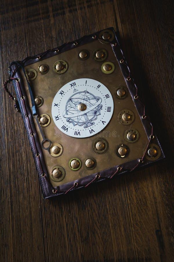 Βιβλίο με το ρολόι στοκ εικόνα με δικαίωμα ελεύθερης χρήσης