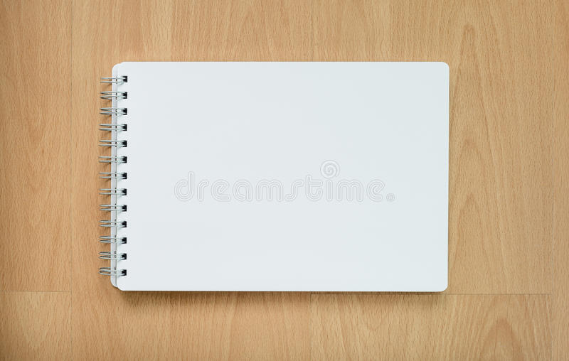 Βιβλίο σημειώσεων στον ξύλινο πίνακα στοκ εικόνα