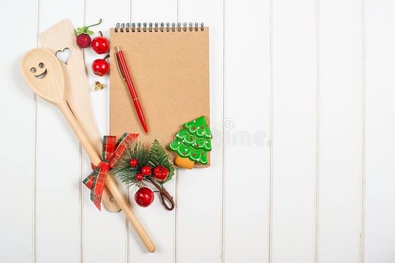 Βιβλίο συνταγής Χριστουγέννων στο υπόβαθρο woodem στοκ φωτογραφίες με δικαίωμα ελεύθερης χρήσης