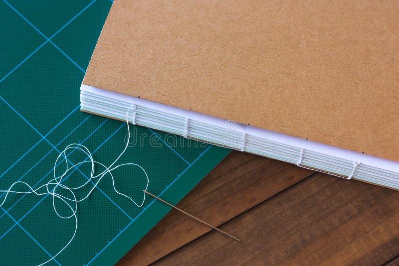 Βιβλίο Handbound με τη βελόνα και το νήμα στοκ φωτογραφία με δικαίωμα ελεύθερης χρήσης