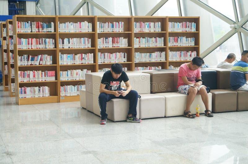 Βιβλιοθήκη Shenzhen, αναγνώστες στην ανάγνωση στοκ φωτογραφίες