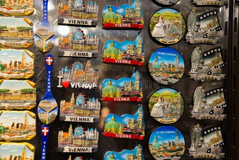 ΒΙΕΝΝΗ, ΑΥΣΤΡΙΑ: Αναμνηστικά στην αγορά για τους τουρίστες Ο μαγνήτης στη μνήμη στοκ εικόνες με δικαίωμα ελεύθερης χρήσης