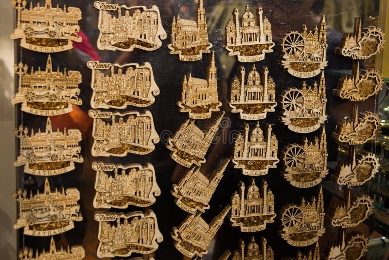 ΒΙΕΝΝΗ, ΑΥΣΤΡΙΑ: Αναμνηστικά στην αγορά για τους τουρίστες Ο μαγνήτης στη μνήμη στοκ φωτογραφία με δικαίωμα ελεύθερης χρήσης