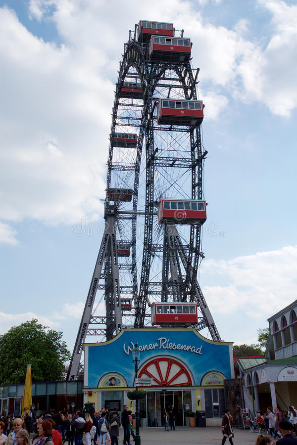 ΒΙΕΝΝΗ, ΑΥΣΤΡΙΑ - 30 Απριλίου 2017: Η διάσημη και ιστορική ρόδα Ferris του πάρκου της Βιέννης prater κάλεσε Wurstelprater κατά τη στοκ φωτογραφία