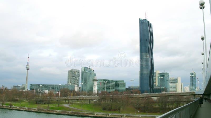 ΒΙΕΝΝΗ, ΑΥΣΤΡΙΑ - 25 ΔΕΚΕΜΒΡΙΟΥ, Riverbank πυροβόλησε την ανάμειξη του πύργου Δούναβη, του ουρανοξύστη πόλεων Donau και του διεθν στοκ εικόνες