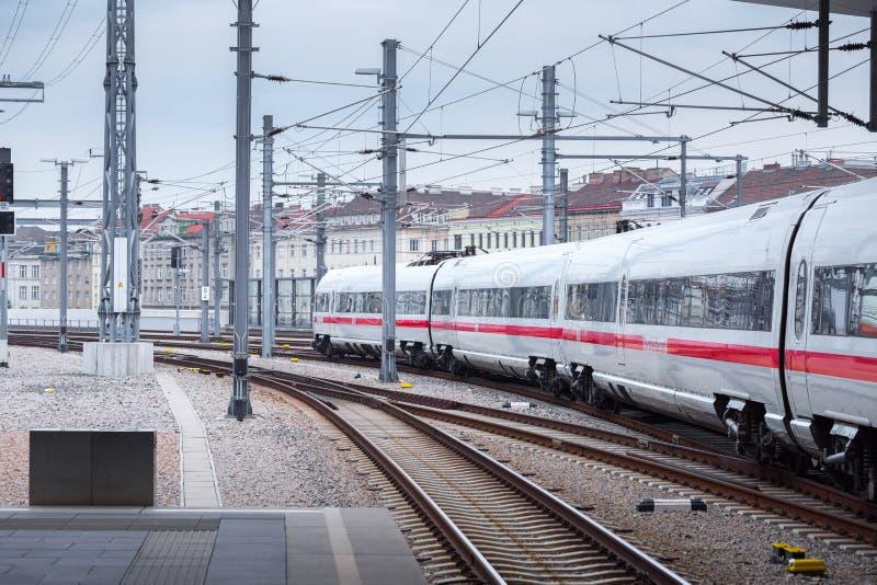 ΒΙΕΝΝΗ, ΑΥΣΤΡΙΑ - 27 ΜΑΐΟΥ: Το intercity-σαφές τραίνο ICE Deutsche Bahn στον κύριο σιδηροδρομικό σταθμό της Βιέννης Wien Hauptbah στοκ εικόνες