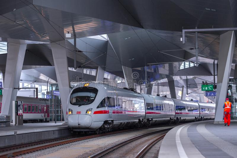 ΒΙΕΝΝΗ, ΑΥΣΤΡΙΑ - 27 ΜΑΐΟΥ: Το intercity-σαφές τραίνο ICE Deutsche Bahn στον κύριο σιδηροδρομικό σταθμό της Βιέννης Wien Hauptbah στοκ φωτογραφία