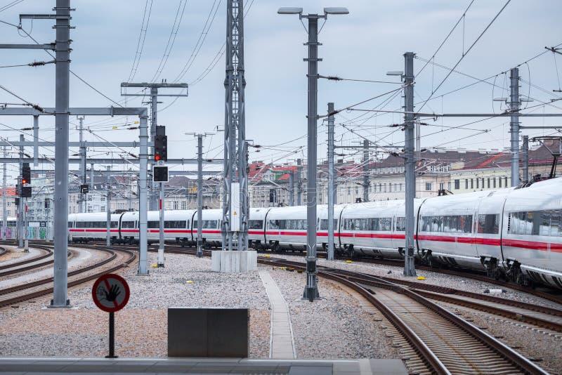 ΒΙΕΝΝΗ, ΑΥΣΤΡΙΑ - 27 ΜΑΐΟΥ: Το intercity-σαφές τραίνο ICE Deutsche Bahn στον κύριο σιδηροδρομικό σταθμό της Βιέννης Wien Hauptbah στοκ φωτογραφία με δικαίωμα ελεύθερης χρήσης