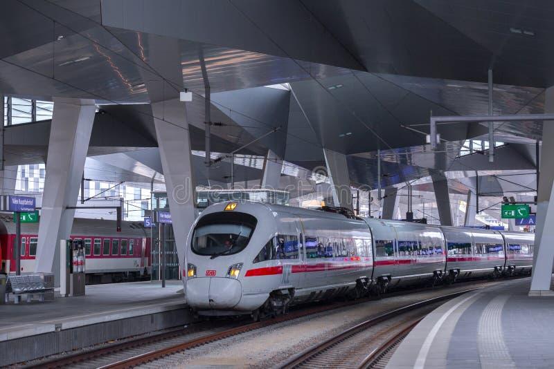 ΒΙΕΝΝΗ, ΑΥΣΤΡΙΑ - 27 ΜΑΐΟΥ: Το intercity-σαφές τραίνο ICE Deutsche Bahn στον κύριο σιδηροδρομικό σταθμό της Βιέννης Wien Hauptbah στοκ εικόνα με δικαίωμα ελεύθερης χρήσης