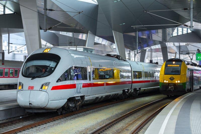 ΒΙΕΝΝΗ, ΑΥΣΤΡΙΑ - 27 ΜΑΐΟΥ: Το intercity-σαφές τραίνο ICE Deutsche Bahn στον κύριο σιδηροδρομικό σταθμό της Βιέννης Wien Hauptbah στοκ φωτογραφίες με δικαίωμα ελεύθερης χρήσης
