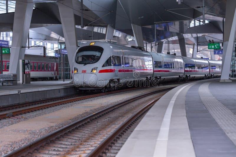ΒΙΕΝΝΗ, ΑΥΣΤΡΙΑ - 27 ΜΑΐΟΥ: Το intercity-σαφές τραίνο ICE Deutsche Bahn στον κύριο σιδηροδρομικό σταθμό της Βιέννης Wien Hauptbah στοκ εικόνες με δικαίωμα ελεύθερης χρήσης