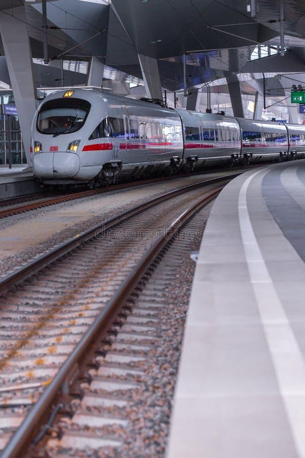 ΒΙΕΝΝΗ, ΑΥΣΤΡΙΑ - 27 ΜΑΐΟΥ: Το intercity-σαφές τραίνο ICE Deutsche Bahn στον κύριο σιδηροδρομικό σταθμό της Βιέννης Wien Hauptbah στοκ εικόνα