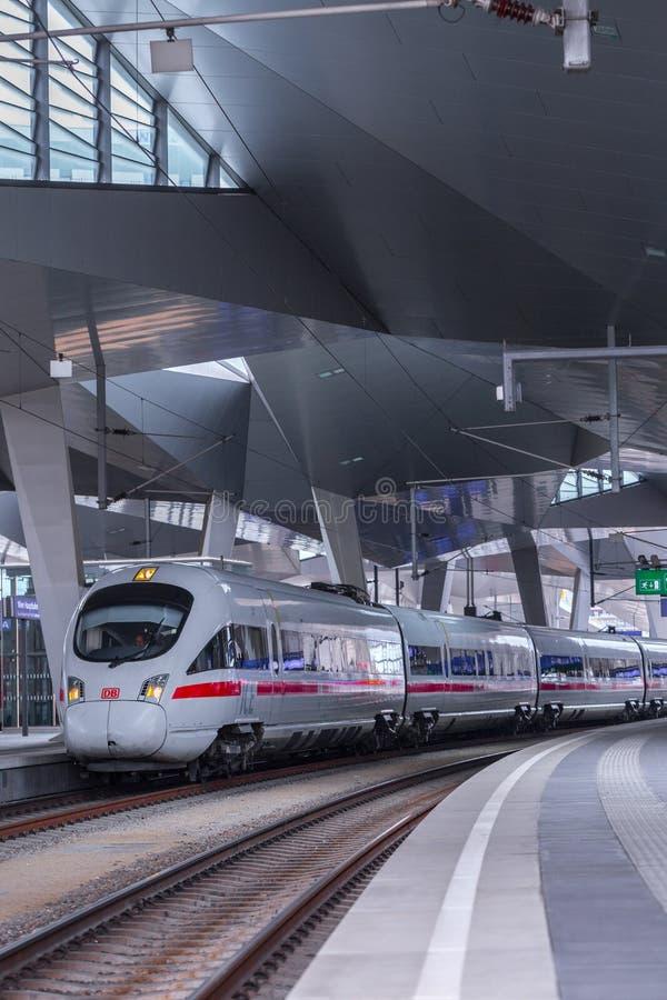 ΒΙΕΝΝΗ, ΑΥΣΤΡΙΑ - 27 ΜΑΐΟΥ: Το intercity-σαφές τραίνο ICE Deutsche Bahn στον κύριο σιδηροδρομικό σταθμό της Βιέννης Wien Hauptbah στοκ φωτογραφίες