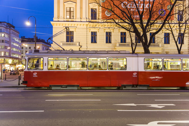 Το ιστορικό τραμ λειτουργεί στη Βιέννη στην πρώτη περιοχή στοκ φωτογραφία με δικαίωμα ελεύθερης χρήσης