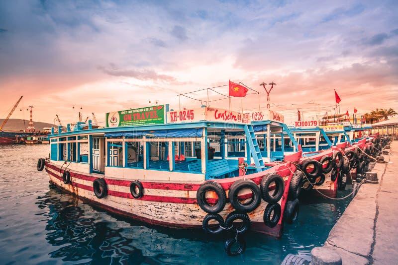 Βιετνάμ, η πόλη Nyachang - 17 Ιουνίου 2013: η θάλασσα Νότιων Κινών, το schooner πλησίασε το τυχερό παιχνίδι στοκ εικόνες