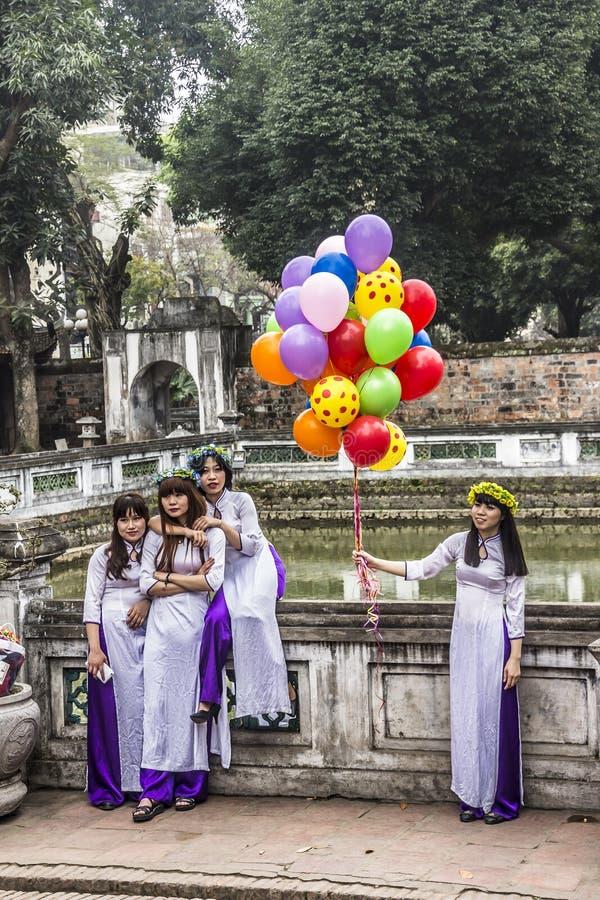 Βιετναμέζικα κορίτσια με το AO Dai στοκ εικόνες