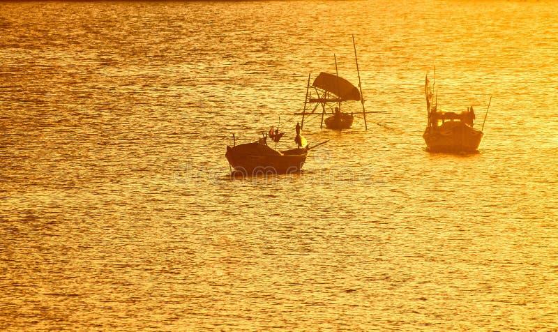 Βιετναμέζικες βάρκες ψαράδων σε μια χρυσή θάλασσα στοκ φωτογραφίες με δικαίωμα ελεύθερης χρήσης