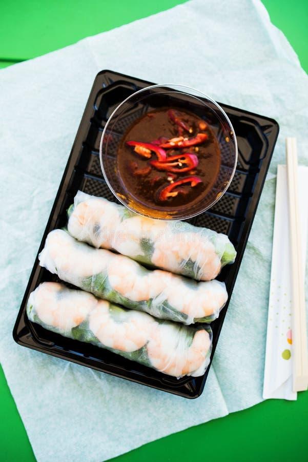 Βιετναμέζικες γαρίδες και αρωματικοί φρέσκοι ρόλοι χορταριών στοκ εικόνα