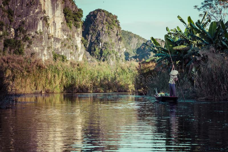 Βιετναμέζικη βάρκα στον ποταμό Tam Coc, Ninh Binh, Τοπίο και προορισμοί ταξιδιού του Βιετνάμ στοκ φωτογραφία