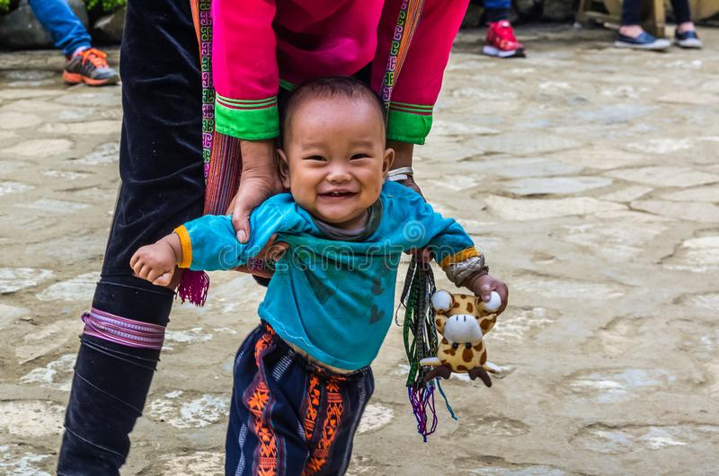 Βιετναμέζικη γυναίκα από τη εθνική μειονότητα Hmong με λίγο παιδί στοκ εικόνα